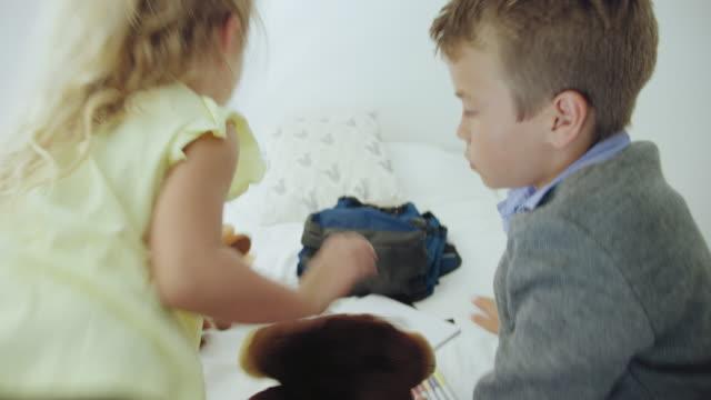 playing on bed - 10 11 år bildbanksvideor och videomaterial från bakom kulisserna