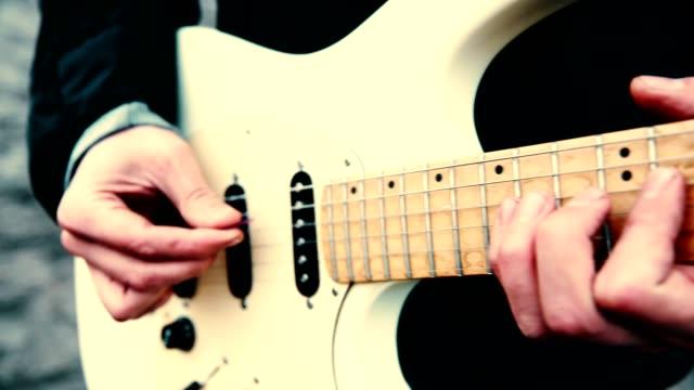 spielen auf e-gitarre. jam-sitzung - aufführung stock-videos und b-roll-filmmaterial