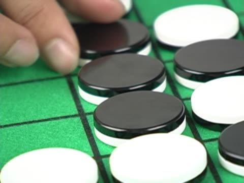 vidéos et rushes de playing othello close-up - reversi