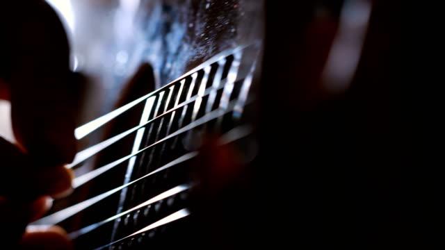 vídeos de stock, filmes e b-roll de jogar corda perfeita - violão acústico