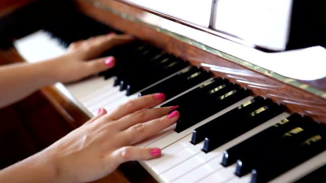 vidéos et rushes de jeu de piano gros plan video - partition musicale