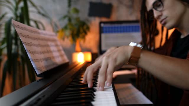 ピアノを弾く - レゲエ点の映像素材/bロール