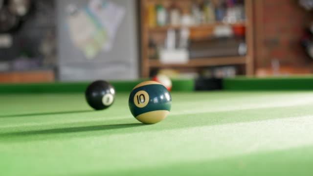 vídeos y material grabado en eventos de stock de playing pool with 10 ball in focus - número 10