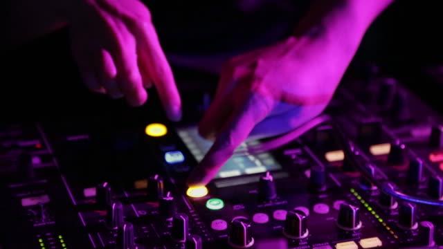 vídeos de stock e filmes b-roll de dj playing records in tokyo nightclub - dança de discoteca