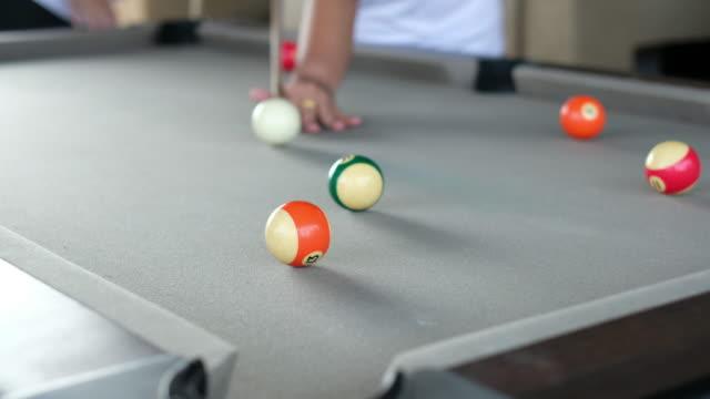 Spielen Sie Billard Ball auf Billardtisch.