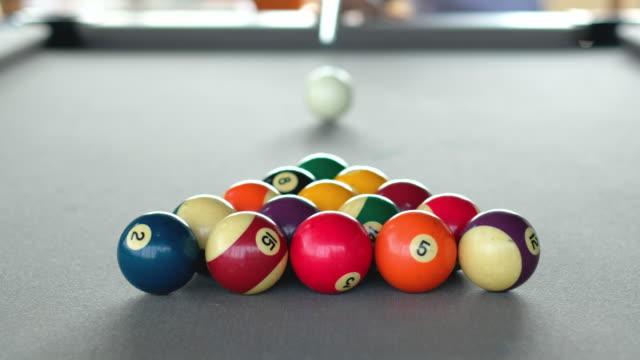 Snooker Ball spielen am Pool table.breaking Kugeln