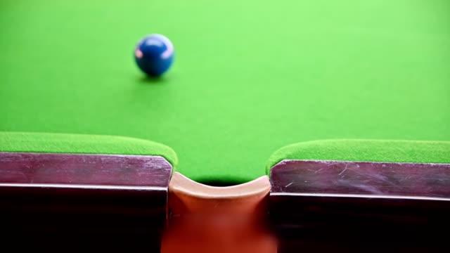 vídeos de stock, filmes e b-roll de jogando sinuca com pontaria de bola azul no buraco na mesa de friso - buraco