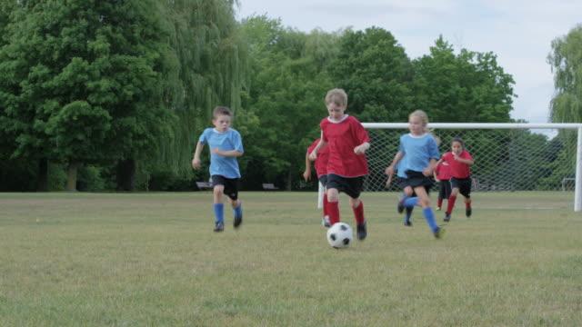 Jugando al fútbol en un equipo al aire libre