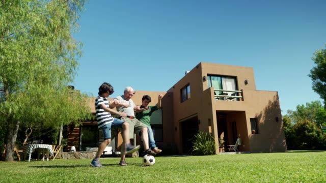 おじいちゃんとサッカーをする - 宅地点の映像素材/bロール