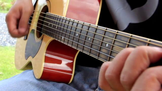 stockvideo's en b-roll-footage met playing the acoustic guitar - kleurtoon