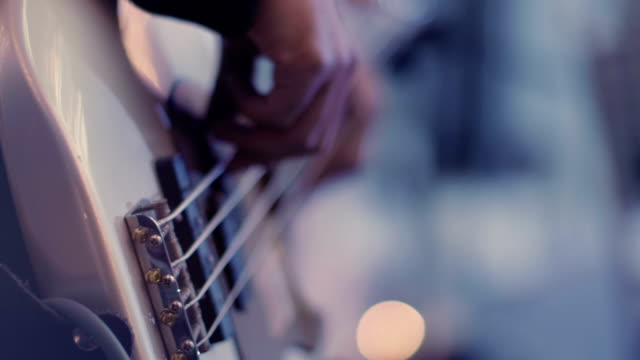 stockvideo's en b-roll-footage met playing the bass guitar, close up - kunstenaar