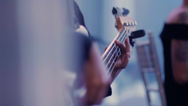 ギター、低音、クローズ アップ - スケッチコメディー点の映像素材/bロール