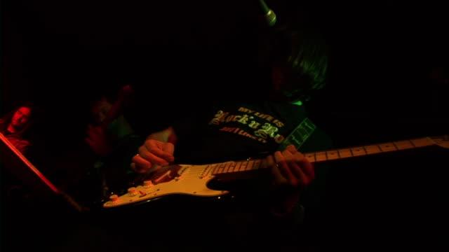HD: Spielt Gitarre