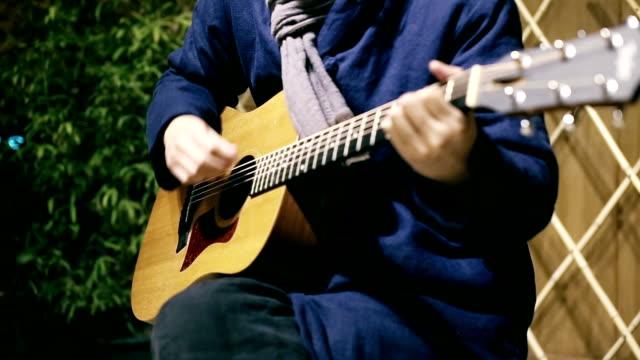 vídeos y material grabado en eventos de stock de playing the guitar - instrumento de cuerdas