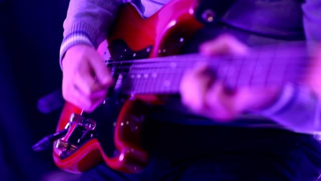 spielt gitarre - moderne rockmusik stock-videos und b-roll-filmmaterial