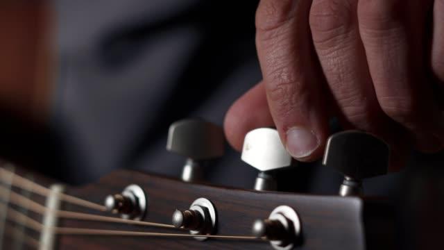 vídeos de stock, filmes e b-roll de tocando o acorde perfeito, um músico tocando guitarra, música, entretenimento, outdoor, close-up shot, desfrutando da música, diversão, zen-like, ritmo - western usa