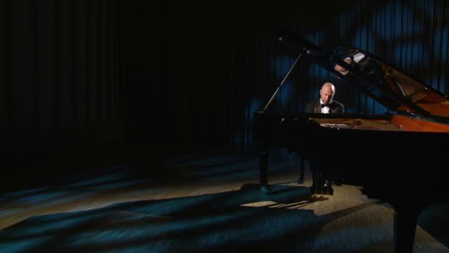 hd crane: spielt klavier im mondlicht - pianist stock-videos und b-roll-filmmaterial