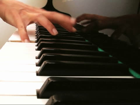 stockvideo's en b-roll-footage met playing the piano - menselijke vinger
