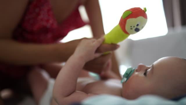 昼寝の前にママと遊ぶ時間 - ぬいぐるみ点の映像素材/bロール