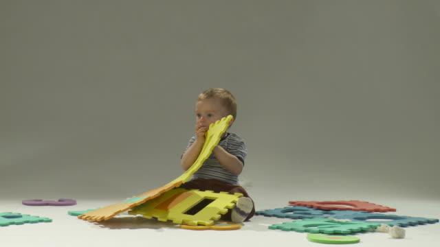 hd: spielen für kleinkinder - auf dem boden sitzen stock-videos und b-roll-filmmaterial