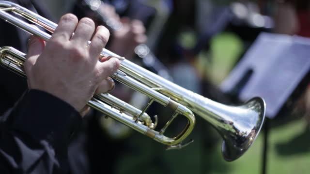 vídeos de stock e filmes b-roll de playing trumpet with musicians - áudio disponível online