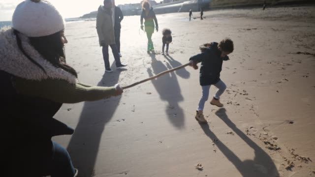 stockvideo's en b-roll-footage met spelen sleepboot-of-war op het strand - whitley bay