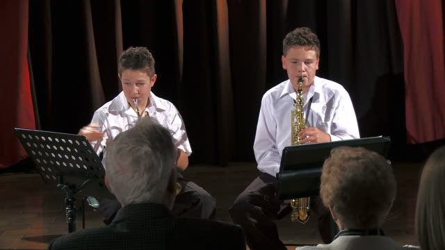 stockvideo's en b-roll-footage met hd: playing wind instruments - saxofonist