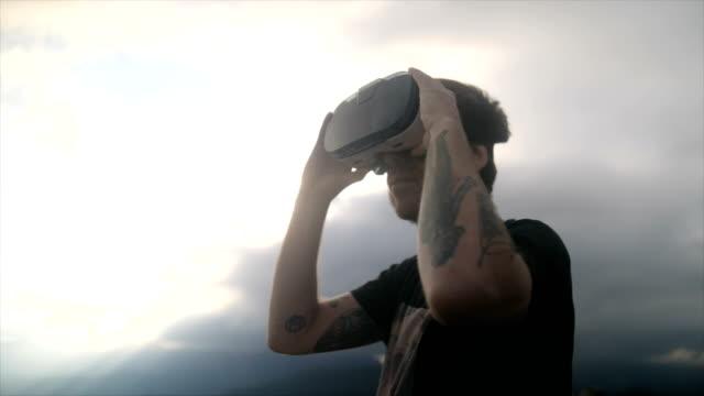 vídeos y material grabado en eventos de stock de playing with a vr headset in backlight - realidad virtual