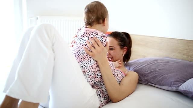 vídeos de stock, filmes e b-roll de brincando com o bebê - fazendo careta