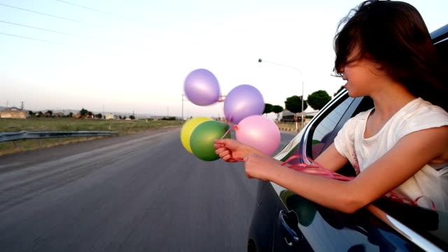 spiel mit dem ballon auf auto - lehnend stock-videos und b-roll-filmmaterial