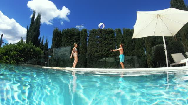 playing with beach ball - 12 13 år bildbanksvideor och videomaterial från bakom kulisserna
