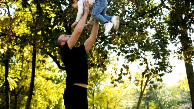Spielen mit Papa im park
