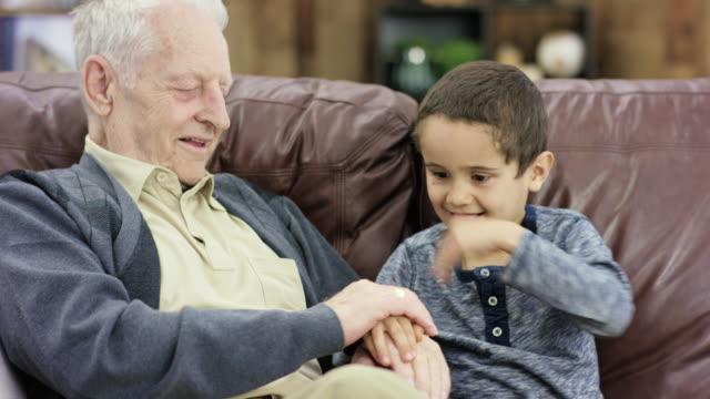 vídeos de stock, filmes e b-roll de brincando com grandpa - 6 7 anos