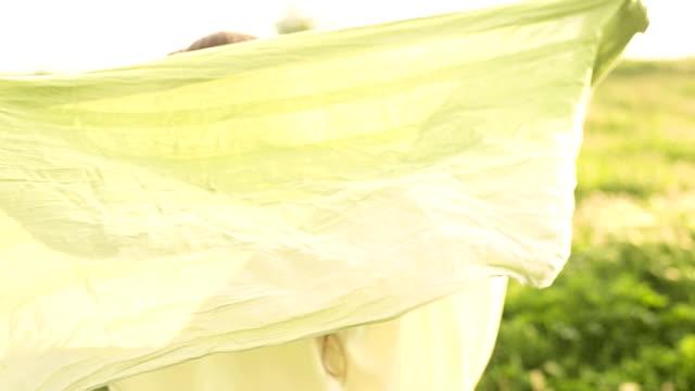 vídeos y material grabado en eventos de stock de jugando con mi bufanda - pañuelo de cabeza