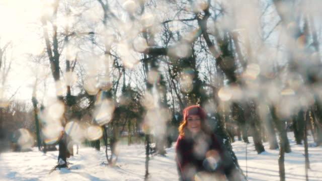 Spiel mit dem Schneeball.