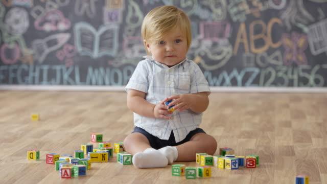 vídeos y material grabado en eventos de stock de jugando con bloques de construcción - madera material