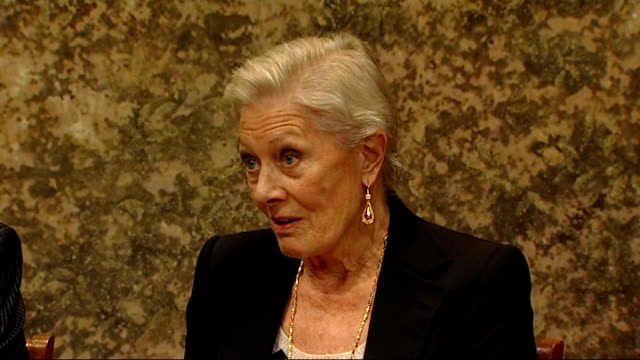 Interview Vanessa Redgrave on 'Driving Miss Daisy' ENGLAND London Wyndhams Theatre INT Actress Vanessa Redgrave along and shakes hands with reporter...