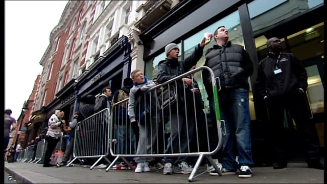 playstation 4 released; england: london: ext various of people sitting on pavement as queuing for playstation 4 low angle view people queuing... - loslassen aktivitäten und sport stock-videos und b-roll-filmmaterial