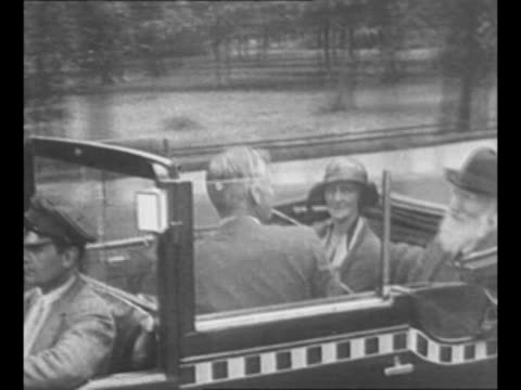 playwright george bernard shaw / shaw in automobile with lady astor in berlin, with chauffeur driving, in 1931 / shaw and lady astor with man at... - ジョージ バーナード ショー点の映像素材/bロール