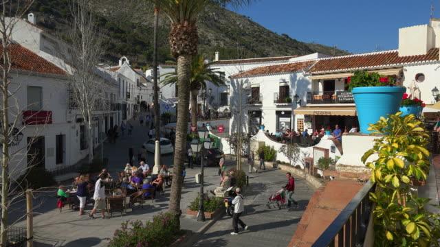 plaza de la constitución, white village mijas, costa del sol, andalusia - städtischer platz stock-videos und b-roll-filmmaterial