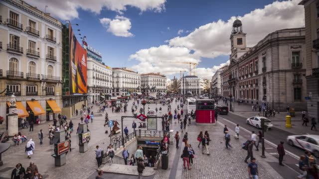 vídeos de stock e filmes b-roll de plaza de la puerta del sol in madrid, spain. - pátio