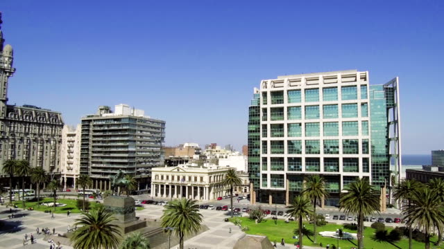 plaza independencia, executive tower, montevideo downtown, outdoors, daylight. - montevideo stock-videos und b-roll-filmmaterial