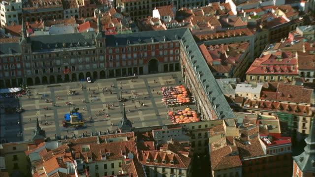 vídeos y material grabado en eventos de stock de aerial zo plaza major amongst old town's buildings, madrid, spain - plaza