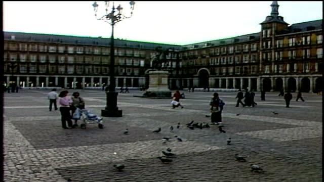 vídeos de stock, filmes e b-roll de plaza mayor in madrid - 1987