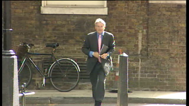 vídeos y material grabado en eventos de stock de to investigate 'procedural irregularities' in police investigation; lib london: downing street: ext andrew mitchell mp arriving on bicycle then... - number 9