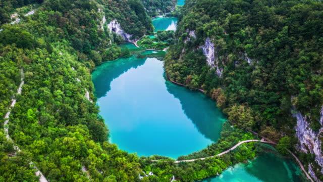 antenne: nationalpark plitvicer seen - nationalpark stock-videos und b-roll-filmmaterial