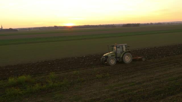 stockvideo's en b-roll-footage met luchtfoto ploegen een veld met de trekker - tractor