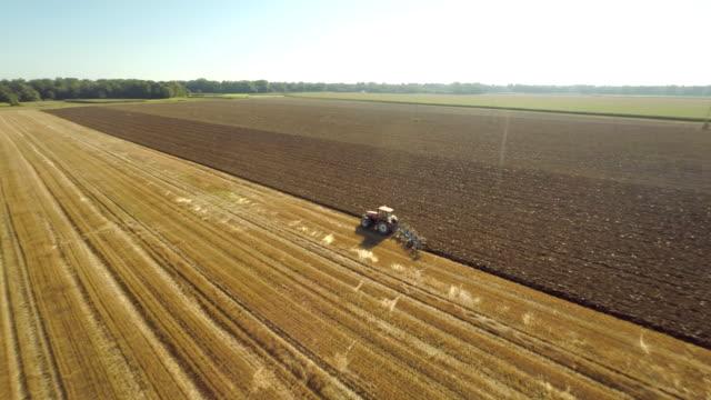 vídeos y material grabado en eventos de stock de antena arar el campo, con tractor - campo arado