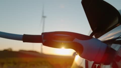 vídeos y material grabado en eventos de stock de time warp ev pluging en la entrada del vehículo - echar combustible
