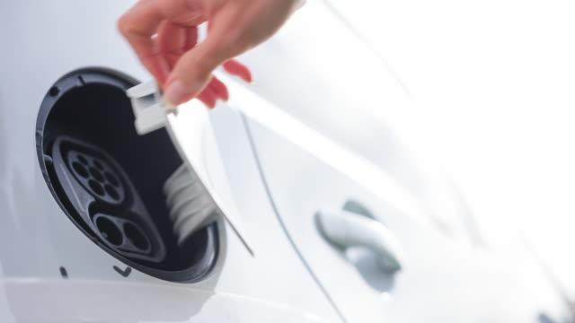 Conectar cable de alimentación para vehículo eléctrico para recargar las baterías